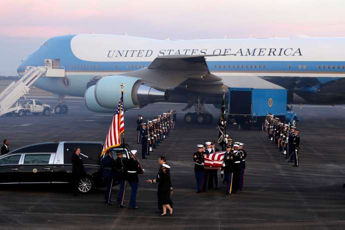 Un dernier transport en avion présidentiel (ici à l'arrivée à l'aéroport Ellington Field à Houston). Eric Gay / AP