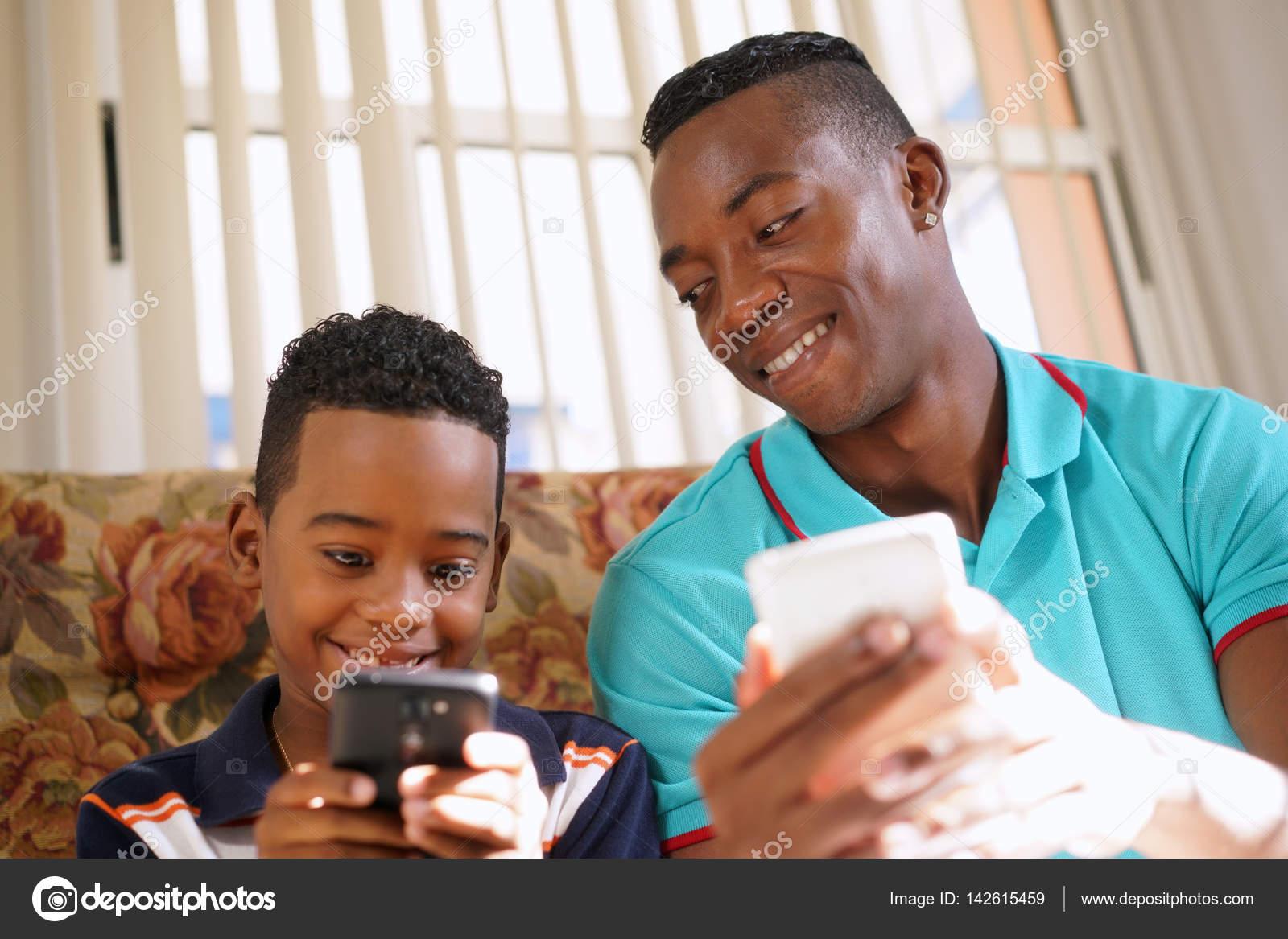 Danger smartphones : L'excès d'écrans modifierait le cerveau des enfants