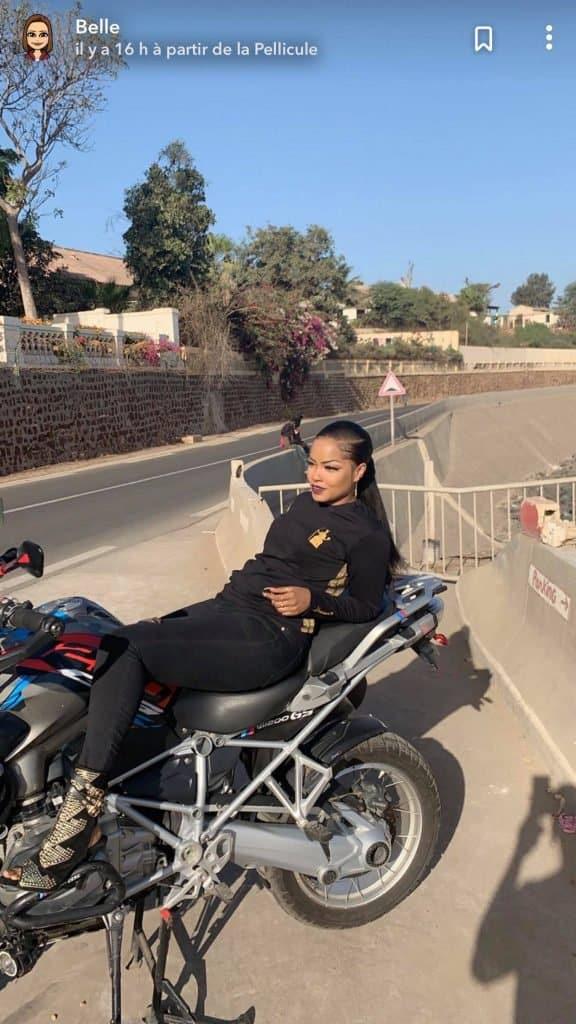 Photos : Belle Un Café avec, qui veut monter avec elle sur la moto?