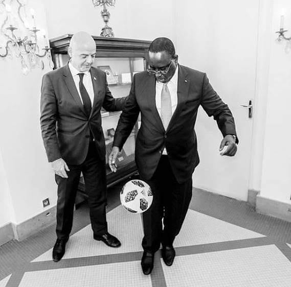 Photos : Macky Sall jongle avec ballon devant Gianni Infantino, le président de la FIFA