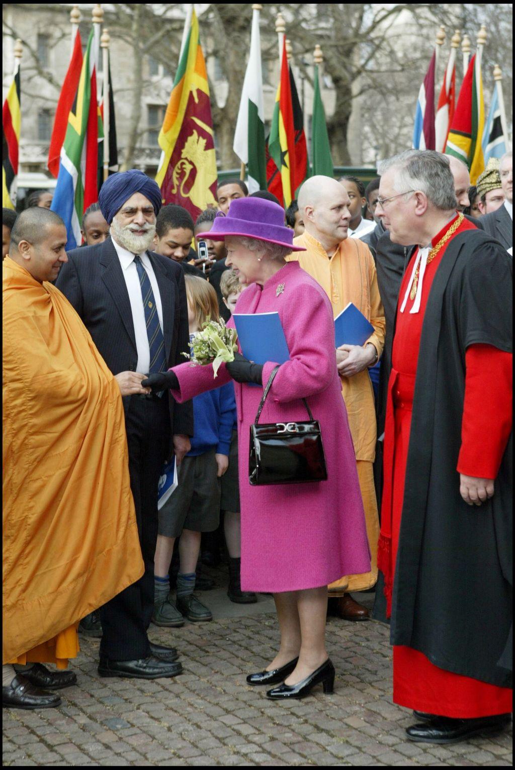 PHOTOS. Incroyable mais vrai : la reine Elizabeth II possède le même sac à main depuis 50 ans !
