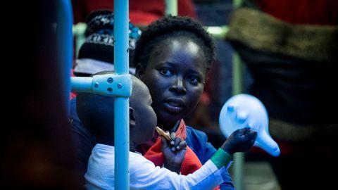 Espagne: la droite offre de ne pas expulser les migrantes si elles font adopter leurs bébés