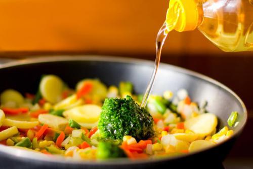 Cancer : les 2 huiles de cuisson qu'il ne faut pas utiliser