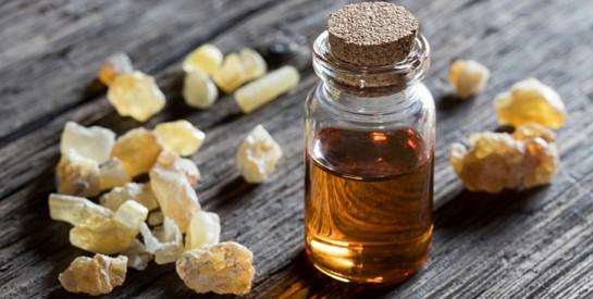 Pensez à l'huile essentielle d'encens en cas de rides, morsures d'insecte ou cicatrices