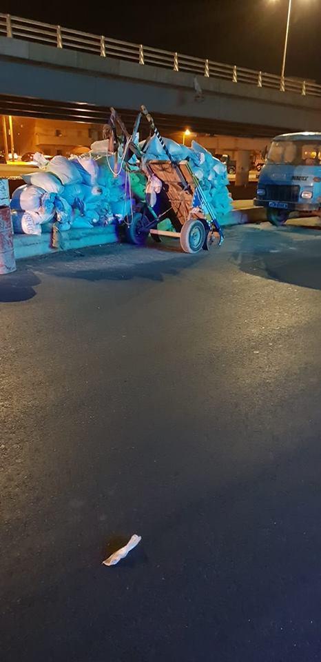 Une charrette de foin et un camion encombrent le nouveau pont surplombant Yengoulène
