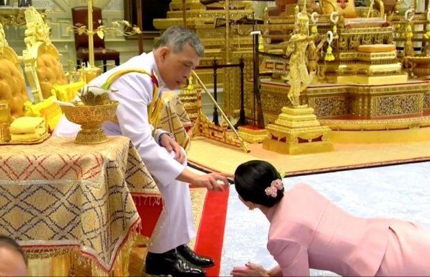 PHOTOS - Le roi de Thaïlande épouse son »garde du corps »