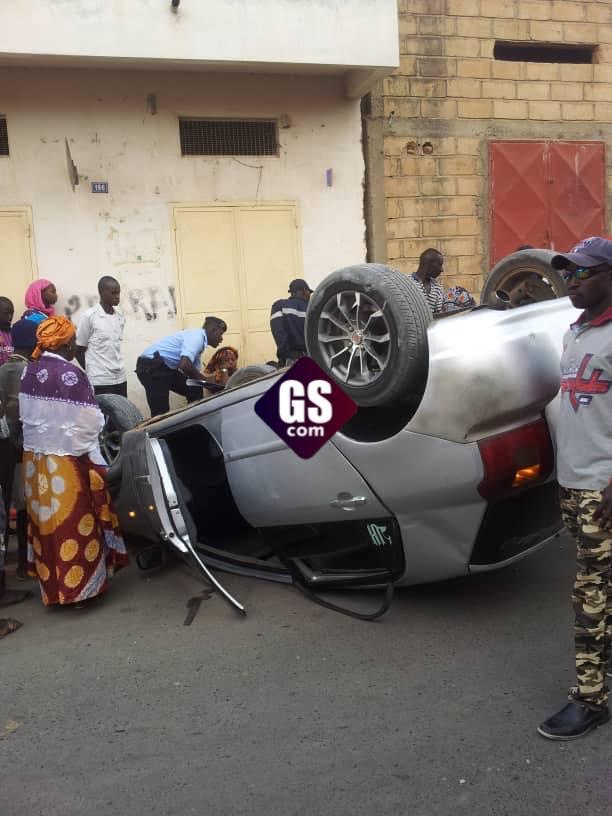 URGENT: Un véhicule Toyota Corolla se renverse avec 3 femmes à son bord