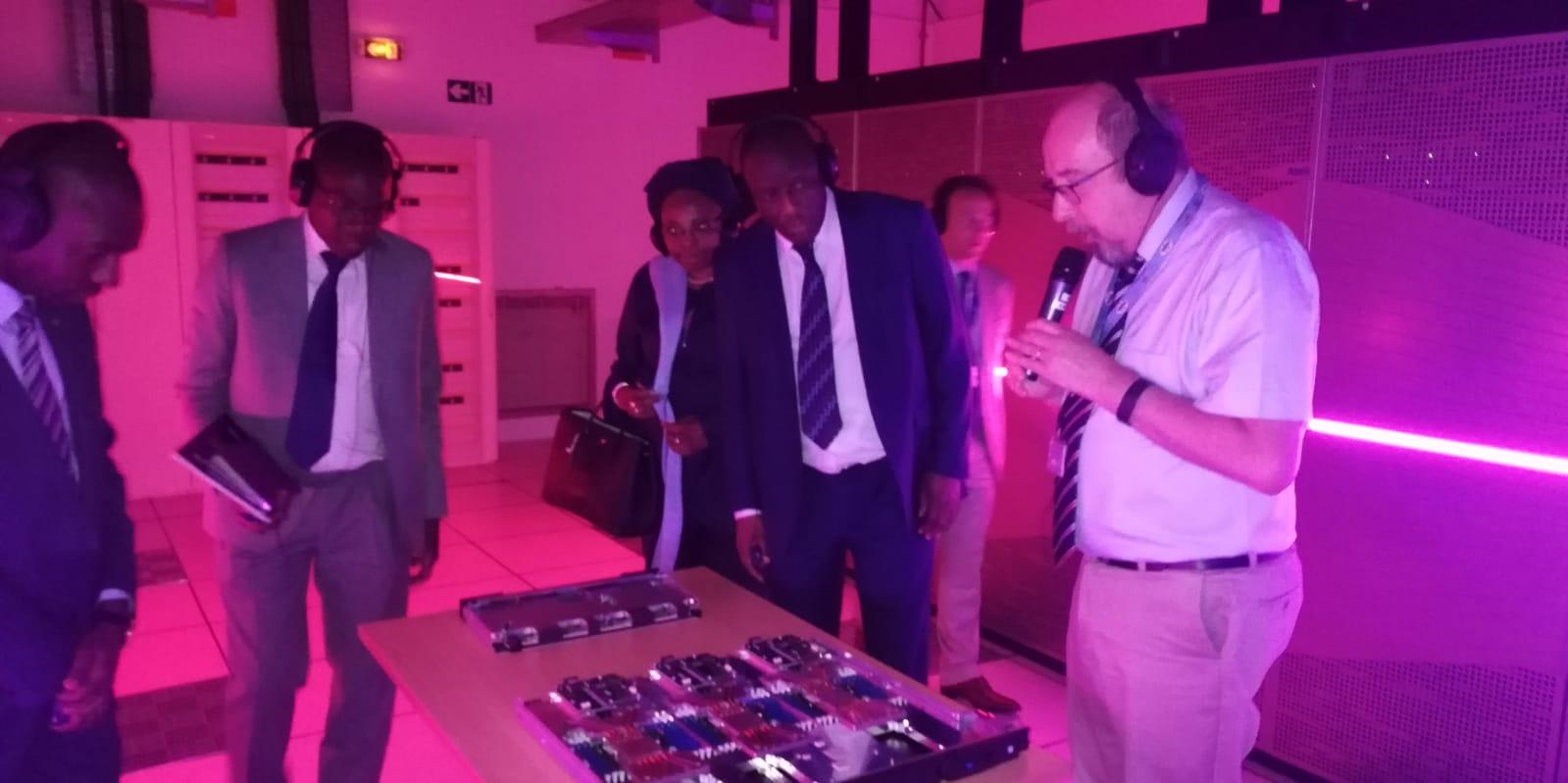 PHOTOS - Visite du Ministre Cheikh Oumar Hanne au Très Grand Centre de Calcul (TGCC) du CEA