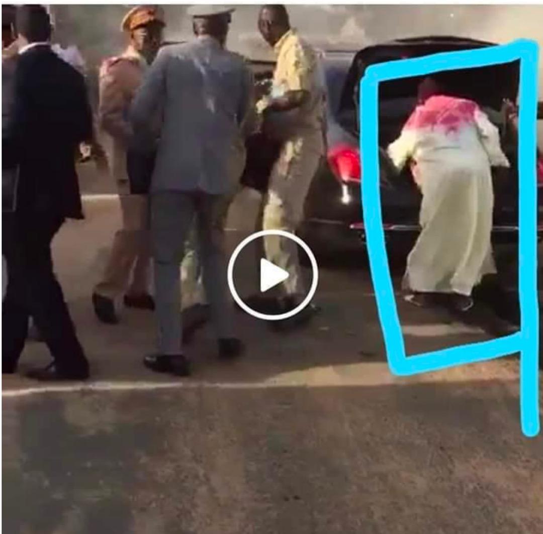 Limousine en feu : qui est l'homme en caftan blanc près de la voiture présidentielle ?