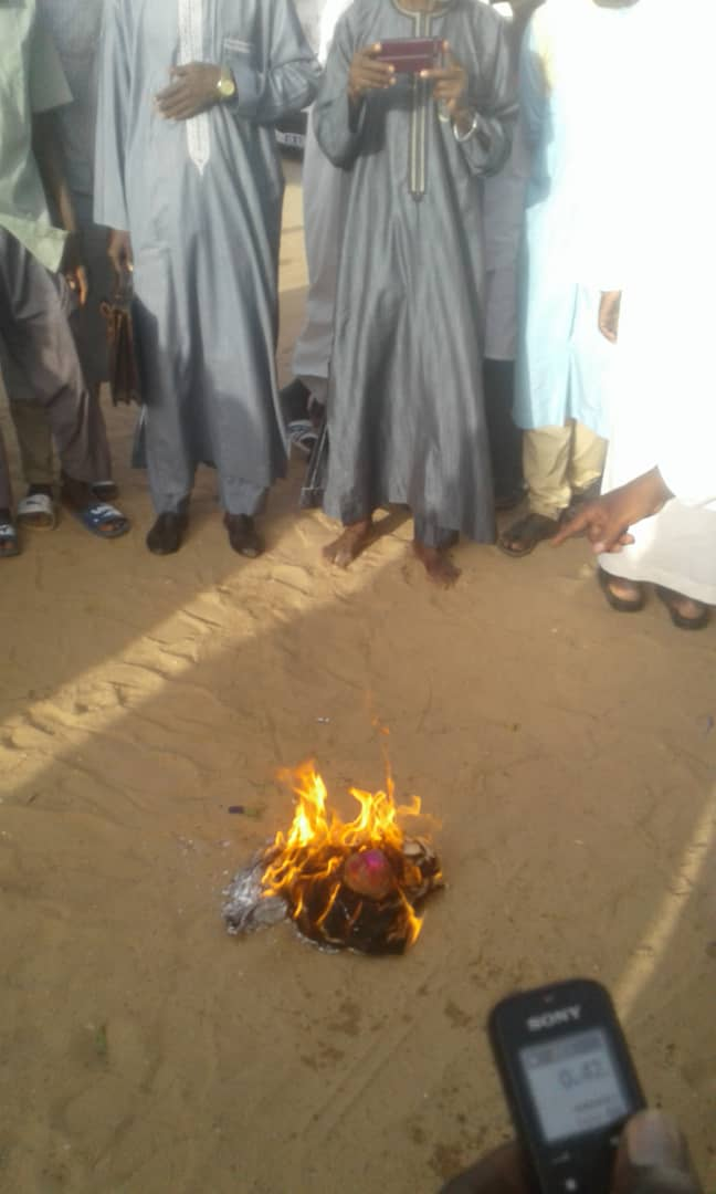 Photos - Imam Ndao brûle un Tee-Shirt LGBT