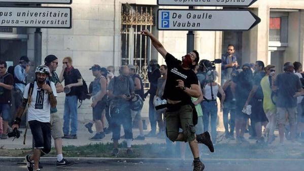 Manifestations de protestation au sommet du G7... Jets de grenades...