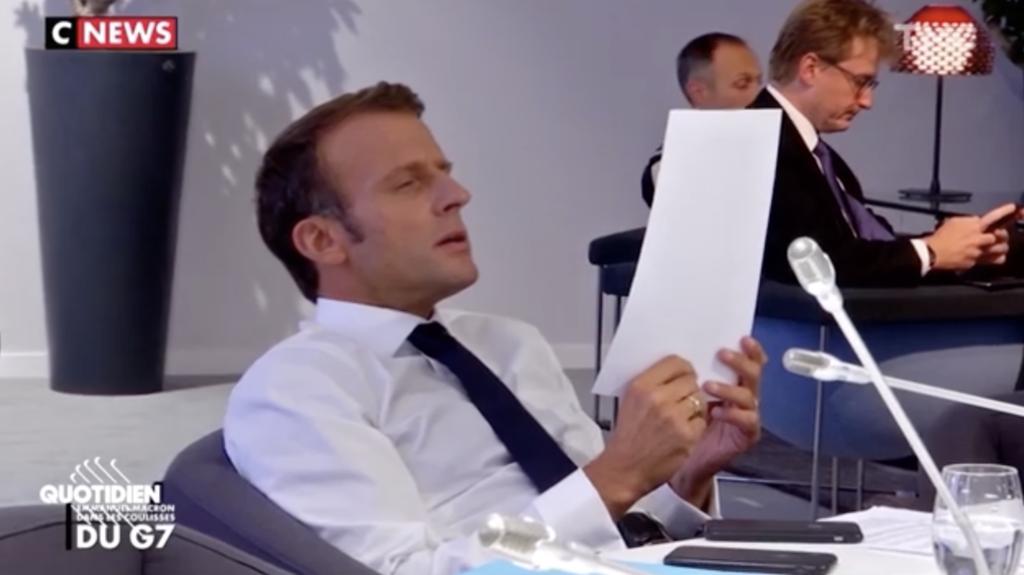 PHOTOS - Quand Emmanuel Macron se vexe pour une faute d'orthographe corrigée par son équipe