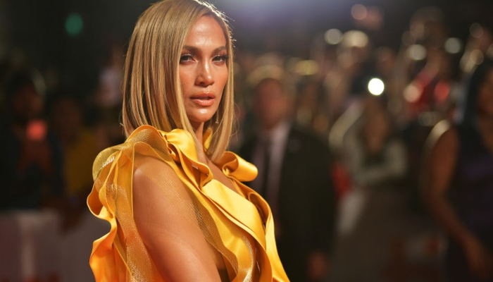 Agressée sur le tapis rouge pour son amour de la fourrure, Jennifer Lopez reste de marbre