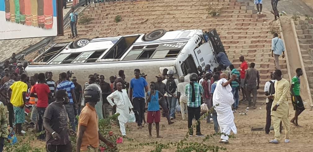 Accident sur l'autoroute à péage: Un bus Tata s'est renversé, plusieurs blessés enregistrés