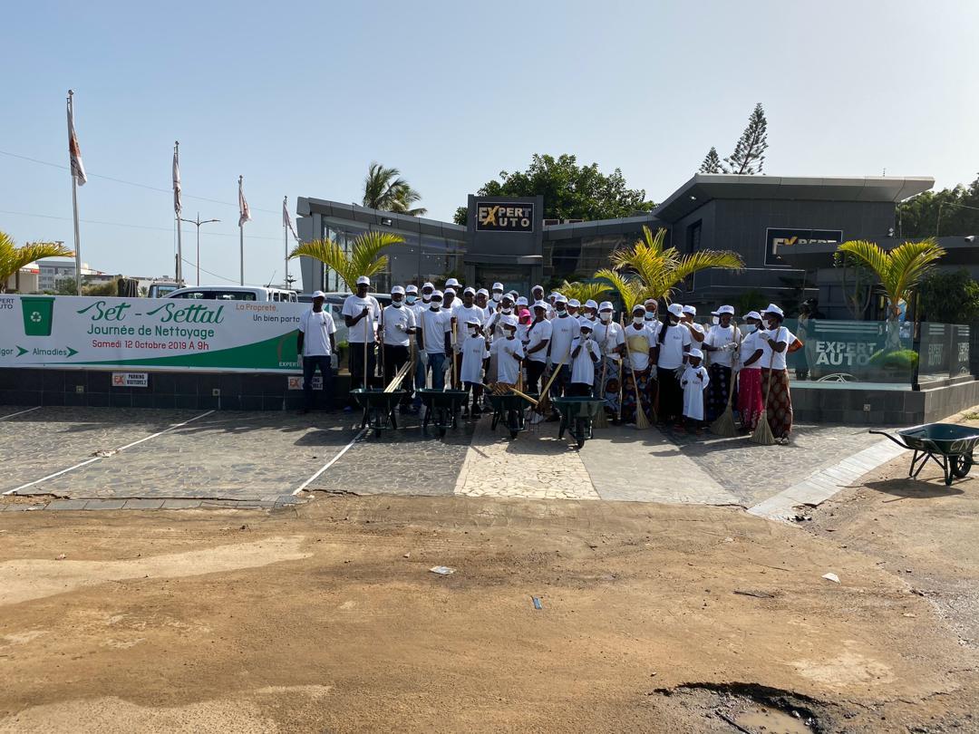 PHOTOS - Opération Set-Setal: L'entreprise Expert Auto nettoie la route des Almadies...