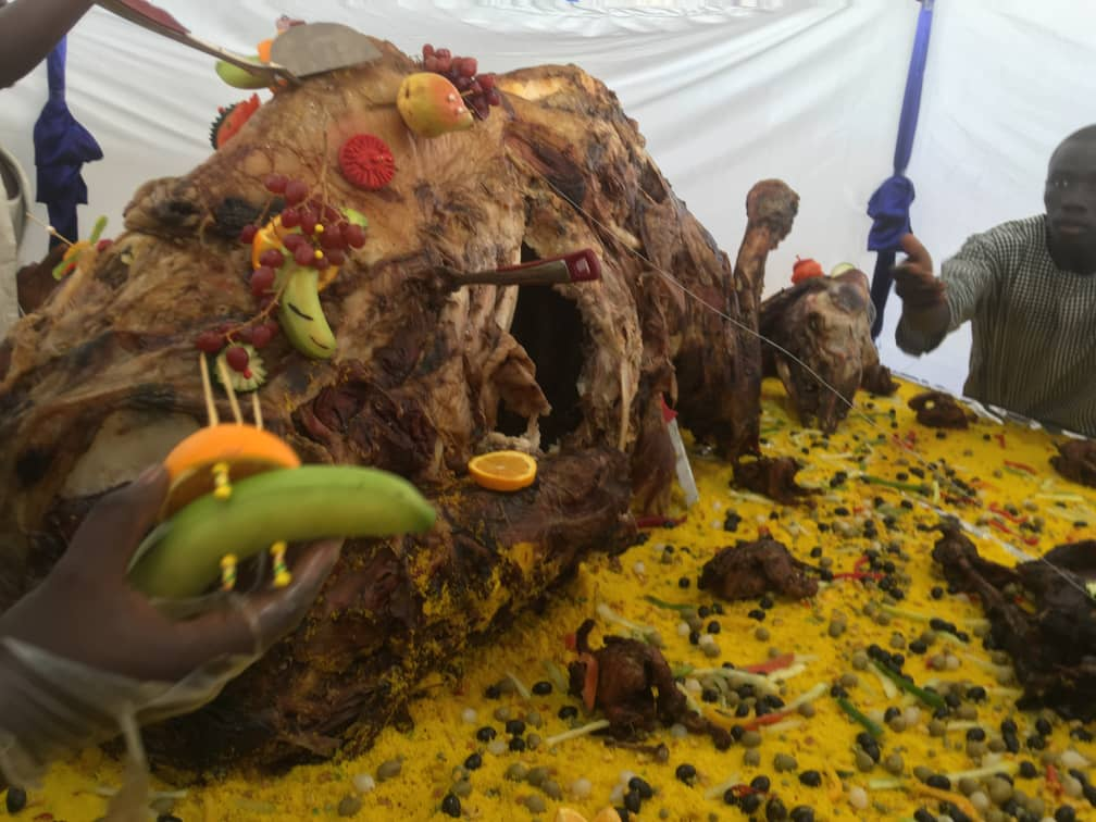 (Arrêt sur images): Regardez le magnifique méchoui au chameau de Sokhna Aïda