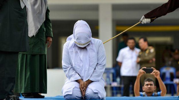 Un prêcheur derrière les lois strictes sur l'adultère, fouetté après avoir été surpris en train de batifoler avec une femme