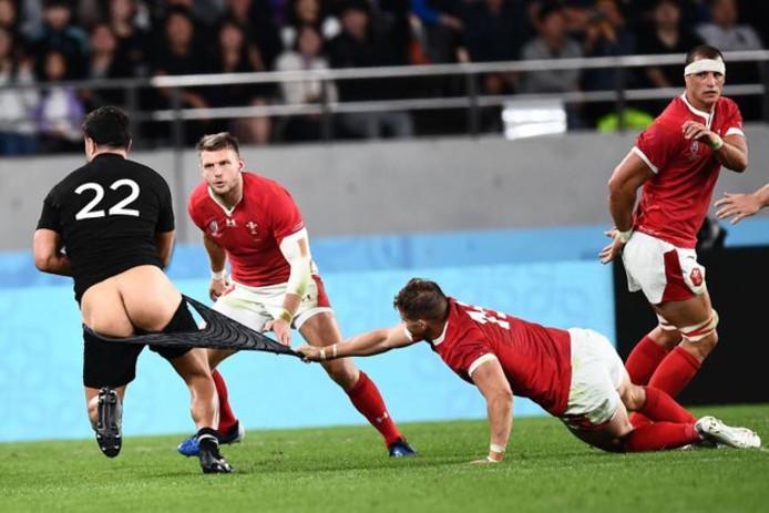 Coupe du monde de rugby: Un All Black termine les fesses à l'air