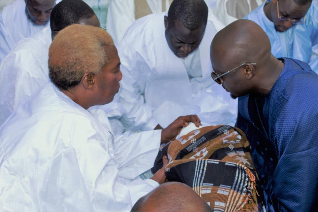 Serigne Abdou Karim Mbacké baptise bébé Khadim Bâ, le fils du frère du célèbre patron de Locafrique