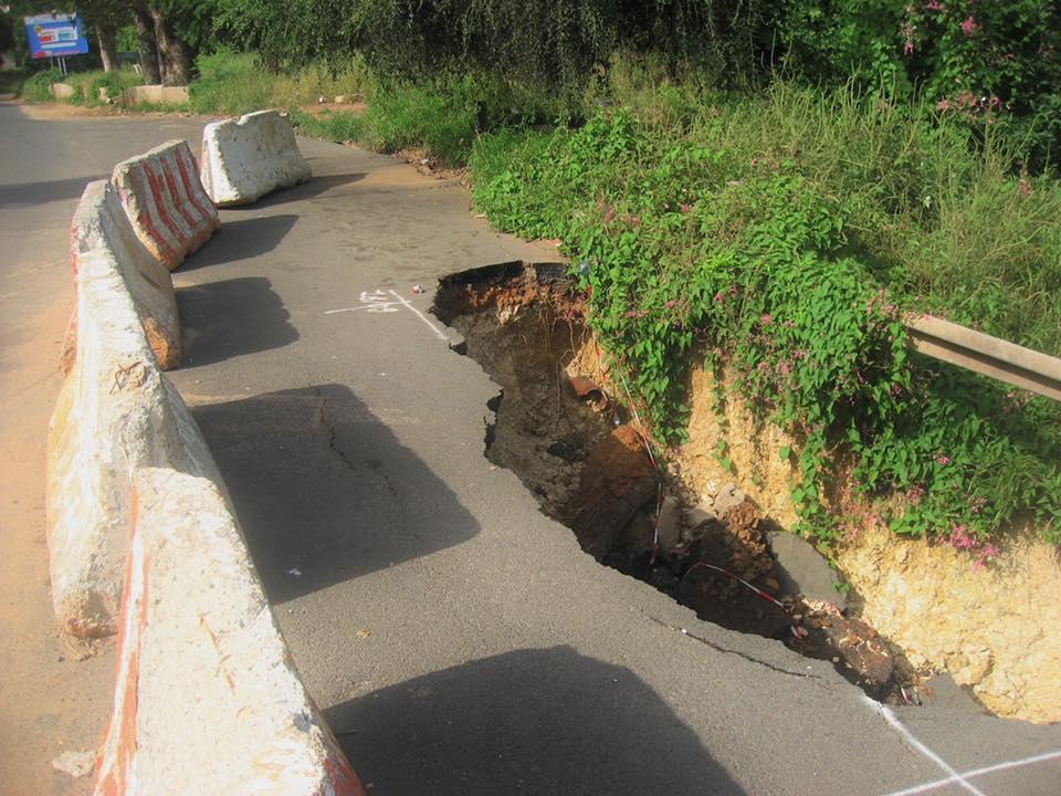 (PHOTOS) Alerte - Effondrement de la Corniche Est: Un risque d'avoir une rupture totale de la voie