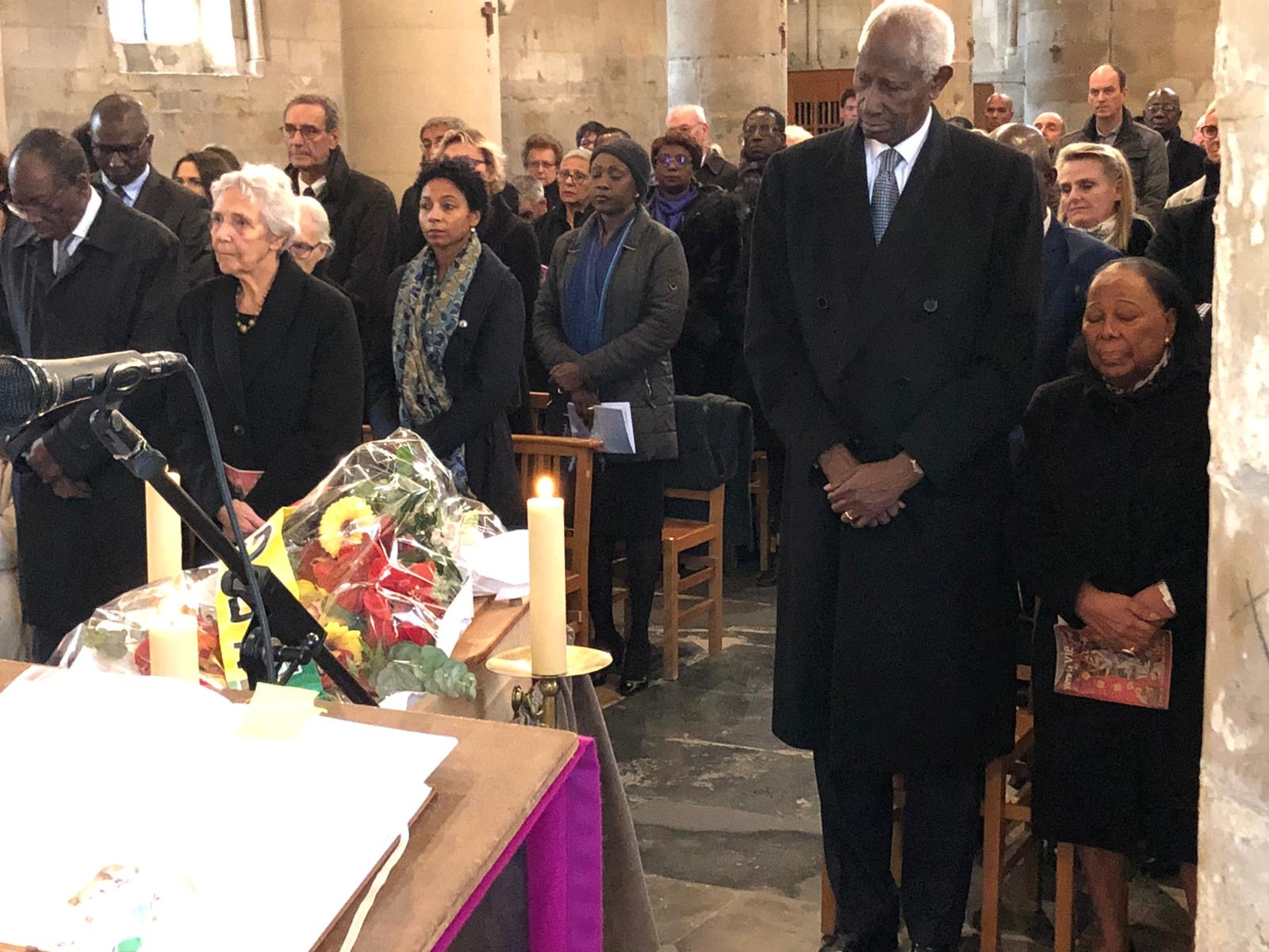 L'ancien Président Abdou Diouf et Mme Elisabeth Diouf à la messe donnée pour Mme Colette Hubert Senghor à Verson par sa famille française