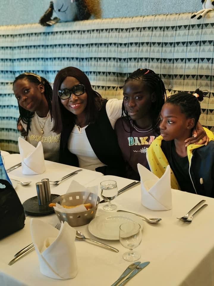 PHOTOS - Coumba Gawlo Seck en toute complicité avec ses enfants, dans un restaurant