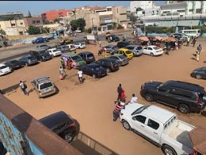 La devanture de l'hôpital Nabil Choucair transformée en marché