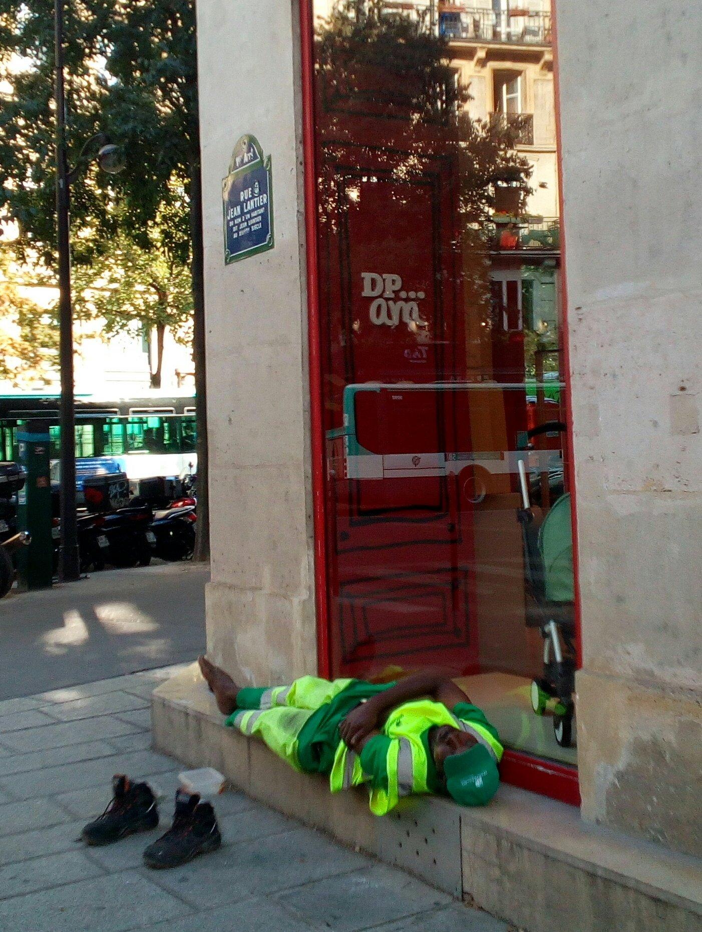 Paris: Photographié à son insu pendant une pause, l'agent de propreté Adama Cissé est licencié