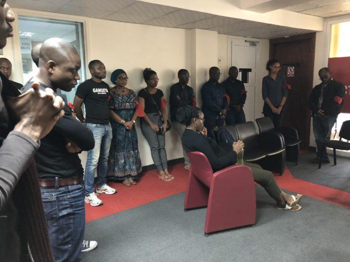 Les travailleurs de BBC Afrique, tous de noirs vêtus, brassards rouges aux bras, janvier 2018