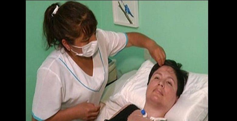 """""""Mourir dans la dignité"""": Face à une maladie incurable, une femme intente un procès pour mettre fin à ses jours"""