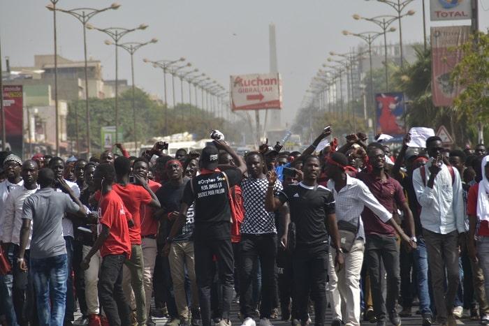 De nouveaux bacheliers non orientés, marchent, ce jeudi, à Dakar