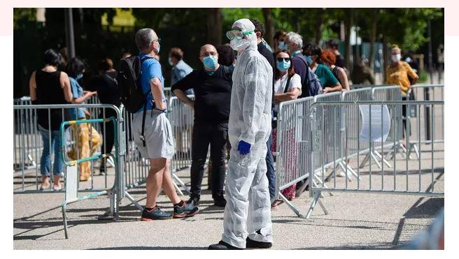 Une file d'attente à un dépistage COVID-19 pour les employés des écoles municipales à l'Institut universitaire hospitalier Infection méditerranéenne à Marseille. Clément Mahoudeau/AFP