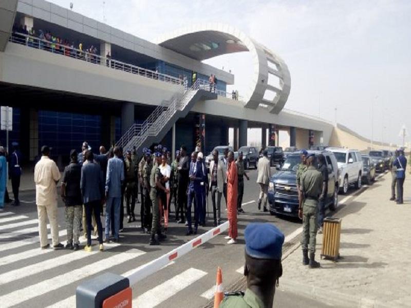 Aéroport Blaise Diagne: des Sénégalais venus de Paris dont le footballeur Krépin Diatta, refusent d'être confinés