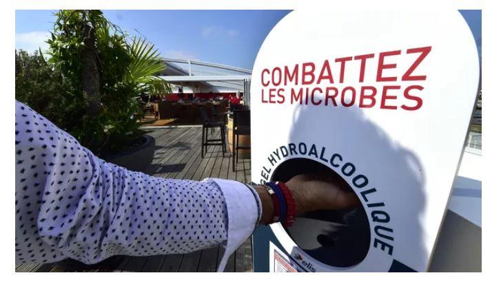 Les gestes barrières et se laver régulièrement les mains participent à réduire la transmission du virus. Georges Gobet/AFP