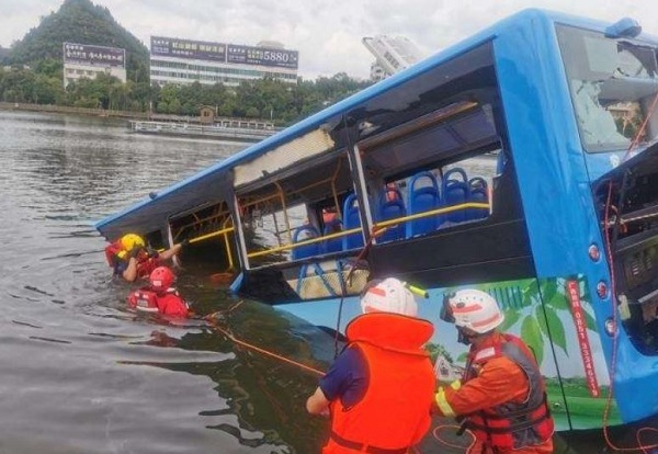 Chine: Un bus plonge dans un lac, au moins 21 morts dont des lycéens qui passaient le baccalauréat