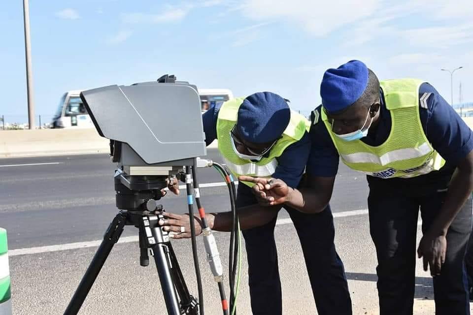 Un radar de contrôle de vitesse installé sur l'autoroute