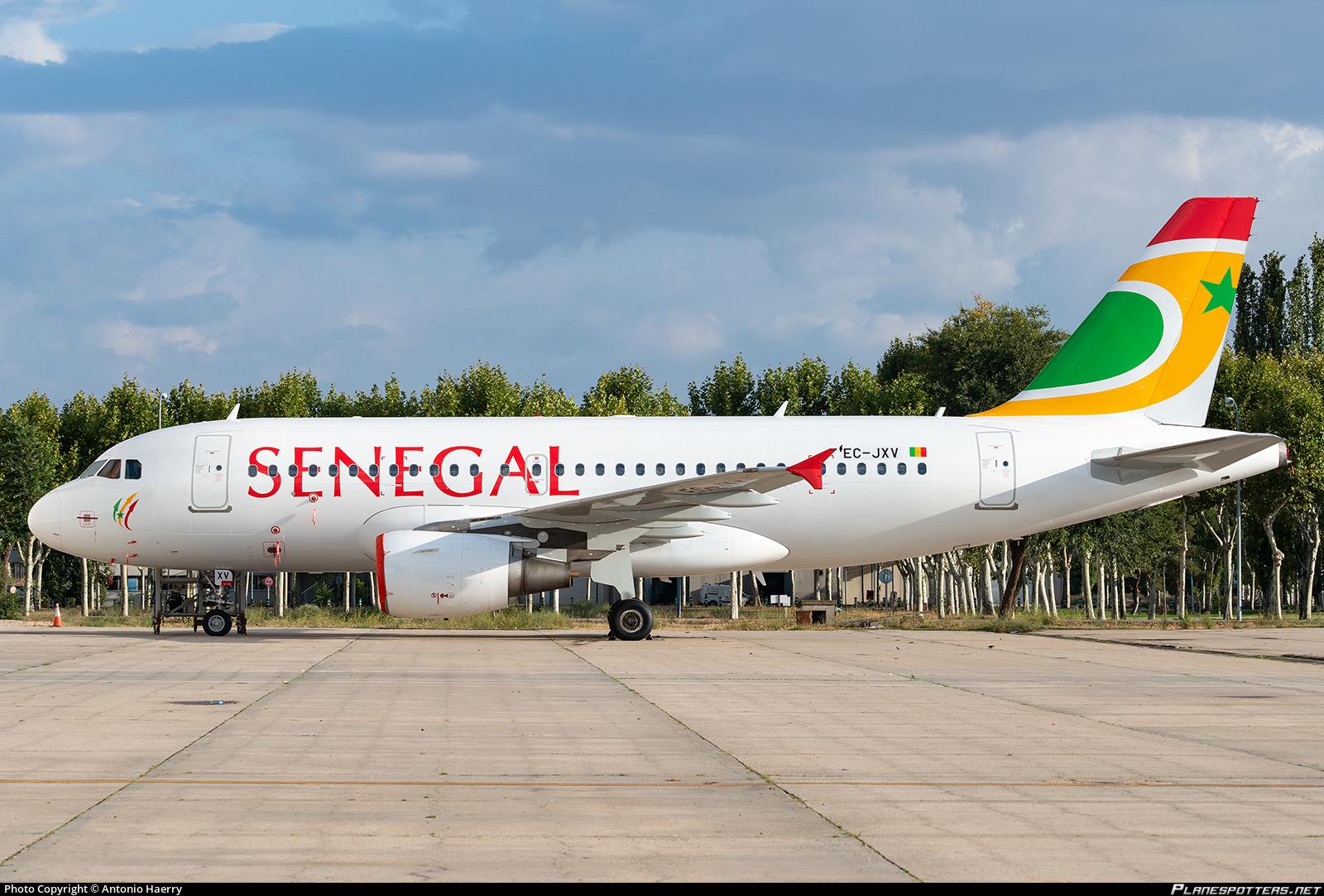 Un avion d'Air Sénégal endommagé par un container