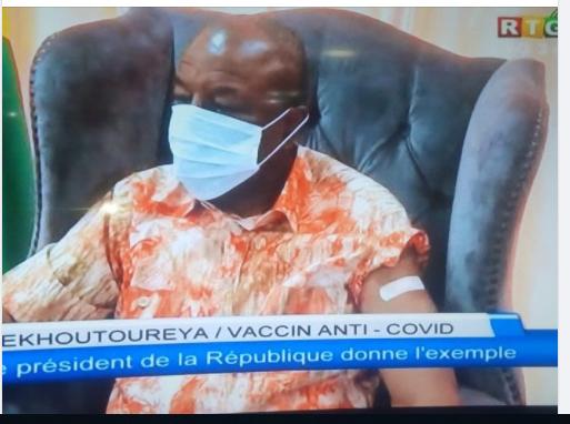 Guinée: Le Président Alpha Condé s'est fait administrer le vaccin russe devant les caméras