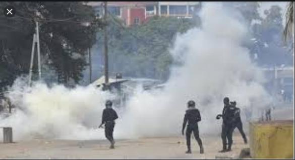 Affrontements au domicile de Sonko: La police disperse les militants à coups de grenades lacrymogènes