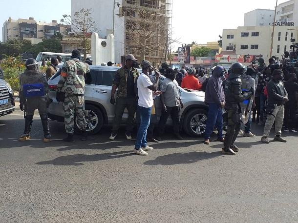 Bientôt midi, Ousmane Sonko encore en route vers le Tribunal: Sa voiture serait bloquée, a-t-il dit dans un tweet