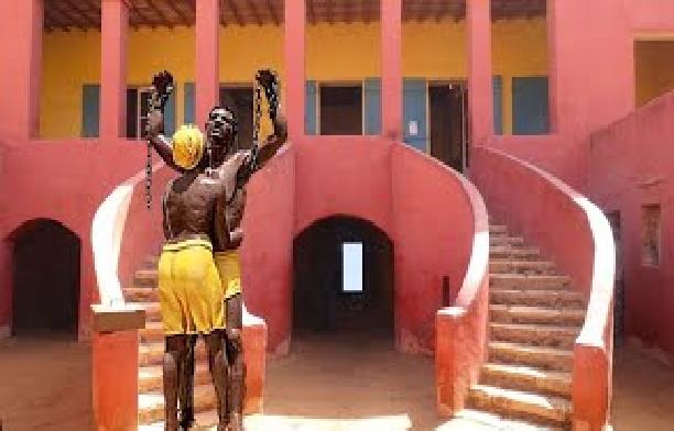 """Taxes bizarroïdes pour des photos prises à Gorée: Une équipe de """"Jeune Afrique"""" obligée de payer 200 mille francs Cfa !"""