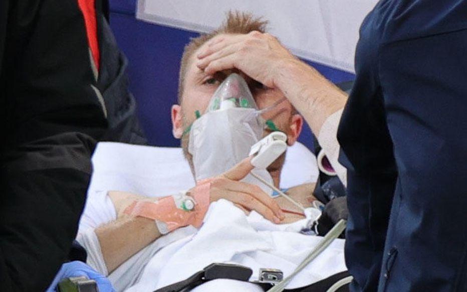 """Frayeur à l'Euro: Christian Eriksen évacué dans un état """"stable"""""""
