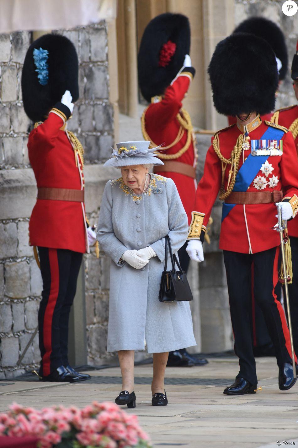 La reine Elizabeth II très enjouée à sa parade anniversaire, elle se laisse emporter par la musique !