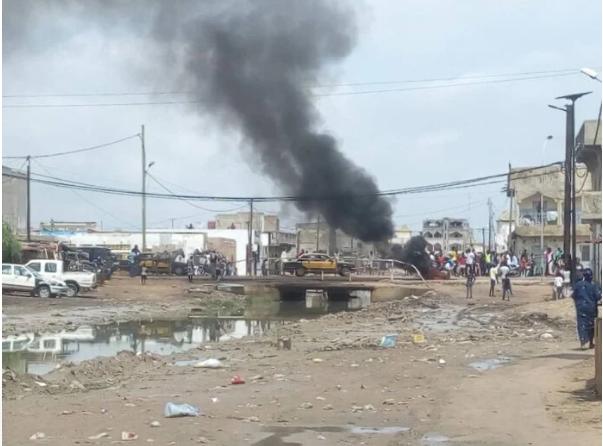Kaolack: Des manifestants brûlent des pneus et barrent la route