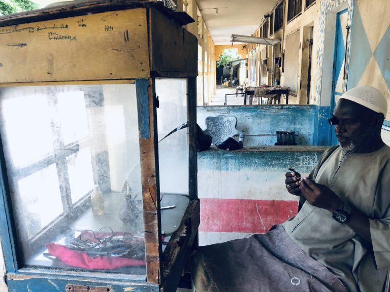 ELHADJI AMADOU FADEL DIALLO, HORLOGER: Une activité encore à l'heure