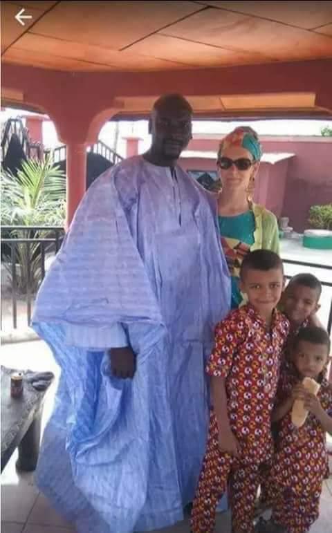 En image: Le nouvel homme fort de Guinée, Mamadou Doumbouya, son épouse et ses enfants