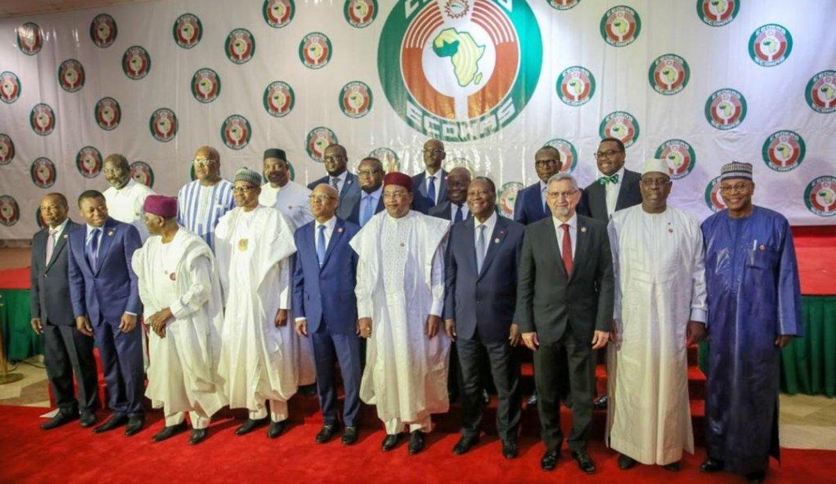 Guinée: Les présidents négocient à huis-clos l'exil d'Alpha Condé