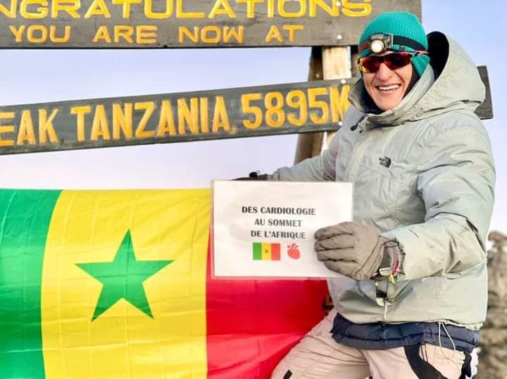 Découverte: Un marocain amoureux du Sénégal avec son drapeau au Mont Kilimanjaro