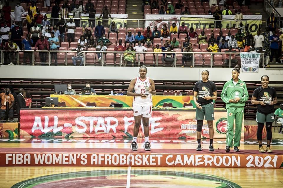 Photo des 5 majeures: Yacine Diop se photographiant avec sa récompense, est absente