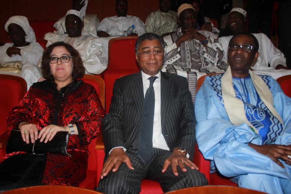 Youssou Ndour et l'ambassadeur du Maroc au Sénégal et l'épouse de ce dernier au  Grand Théâtre lors du lancement du Festival Salam